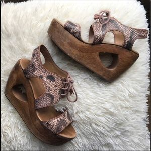 ✨CLOSET CLEANOUT✨unique anthro snakeskin sandal